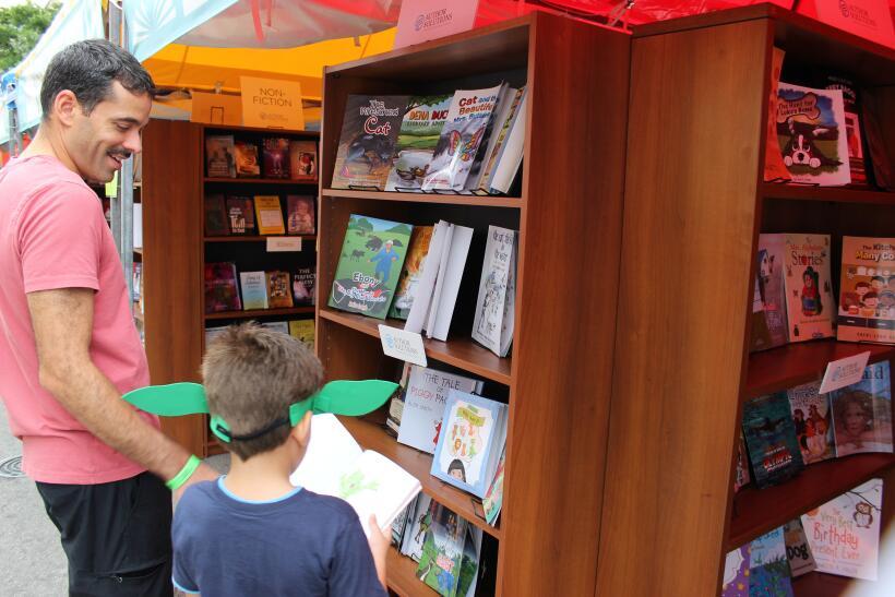 Miles de libros, tirillas cómicas y artesanías fueron algunas de las cos...