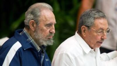 Fidel Castro, ex presidente de Cuba, junto a su hermano Raúl Castro, act...