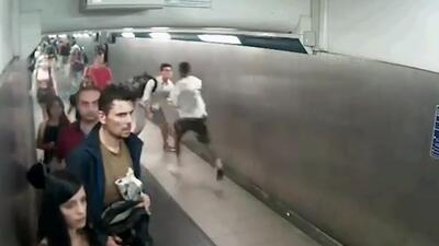 Así interceptaron a este hombre que huía de la policía en un metro en Italia
