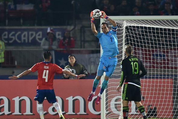 1.- Claudio Bravo - El arquero andino tuvo un partido de regular a malo,...