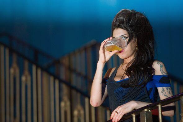1-  Amy Winehouse .  Cantante y autora, muere de envenenamiento por alco...
