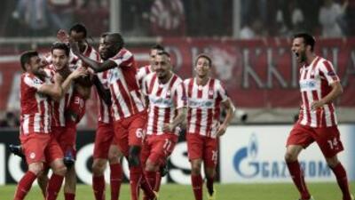 Los jugadores de Olimpiacos celebran luego de anotar contra Benfica.