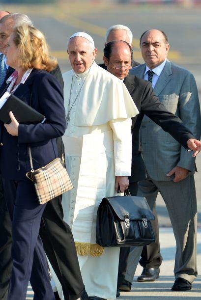 También acompañan a Francisco los cardenales Marc Oullet, canadiense, pr...