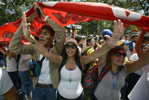 Los estudiantes desarmados portan banderas durante la demostranción cont...