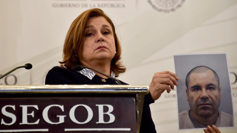 La procuradora Arely Gómez muestra una fotografía de Joaquín Guzmán Loera.