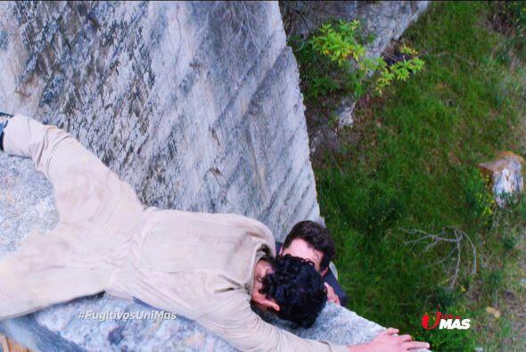 Julián intentó escapar, pero casi cae en un abismo.