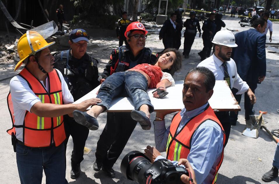 Una mujer herida durante el sismo es asistida por rescatistas en la ciud...