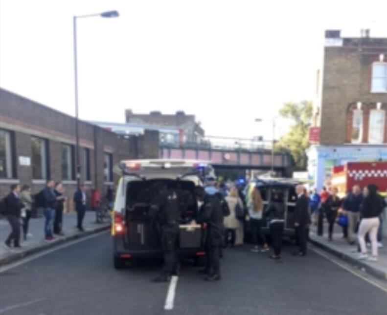 Patrullas policiales llegando a la estación de metro de Parsons Green, a...