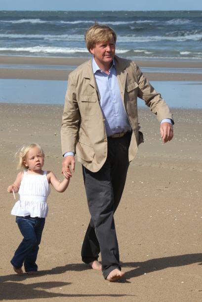 En 1981 se trasladó con la Familia Real a La Haya y en 1985 obtuvo el tí...