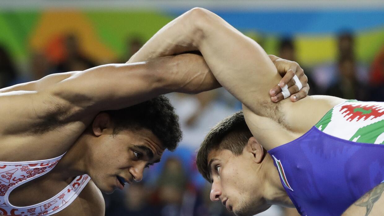 El puertorriqueño Franklin Gómez, izquierda, enfrenta al b...