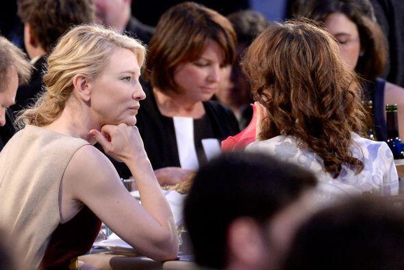Cate Blanchett, muy atenta. Mira aquí los videos más chismosos.