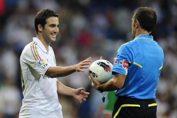 Una vez finalizado el encuentro, Higuaín le pidió el baló al árbitro. Gr...