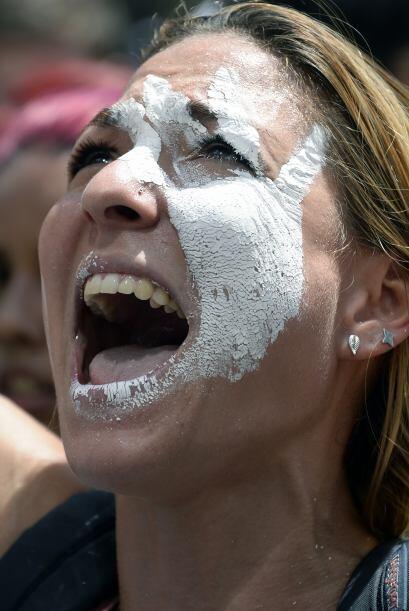 Una mujer grita contra el régimen de Nicolás Maduro. Los estudiantes lle...