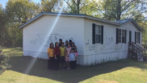 Una familia de hispanos cuya casa fue vandalizada en Carolina del Norte
