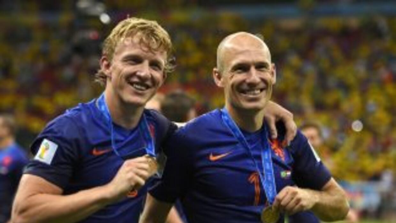 Arjen Robben y Dirk Kuyt festejando el tercer sitio en Brasil 2014.