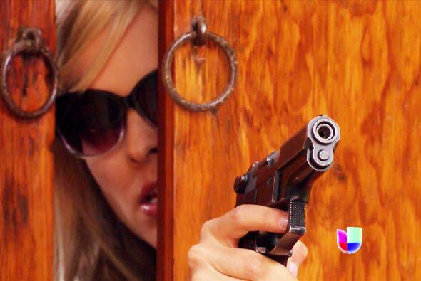 Detrás de la puerta se asomaba para apuntarle con un arma de fuego.
