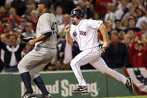 Y fue el veterano Kevin Youkilis quien le dio la ventaja a Boston tras W...