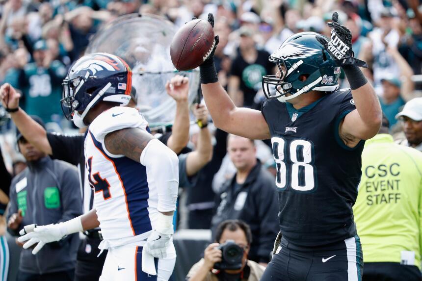 Los Eagles propinan paliza a Broncos y están imponentes en la NFL trey-b...