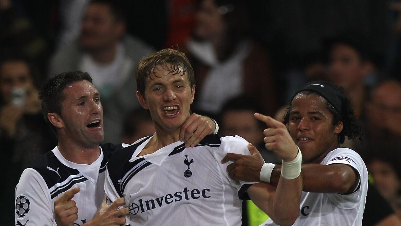 Robbie Keane y Gio dos Santos celebran un gol de los Spurs junto al ruso...