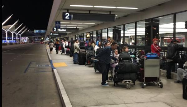 Cientos de personas pasaron la noche en la calle del aeropuerto LAX.