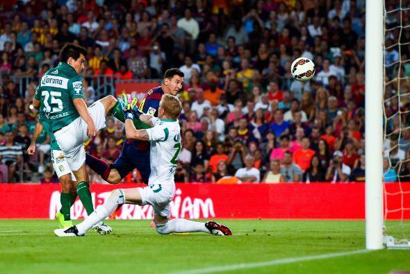 A pase de Neymar, con desvío incluido de Márquez, Lionel Messi hacía el...