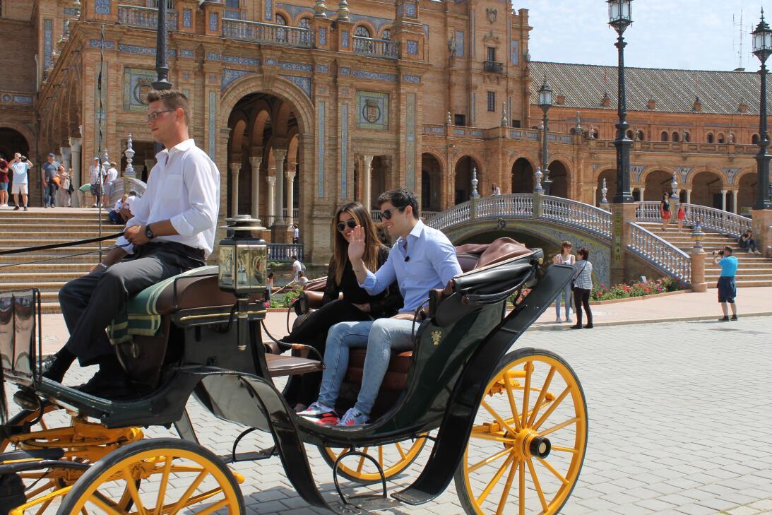 Más romántico imposible: Clarissa y Danilo pasearon en carroza por Sevil...