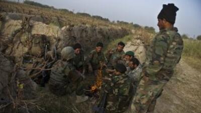 Soldados afganos se toman un descanso mientras patrullan una zona domina...