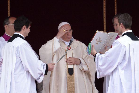 Francisco lee enmedio de la ceremonia de canonización.