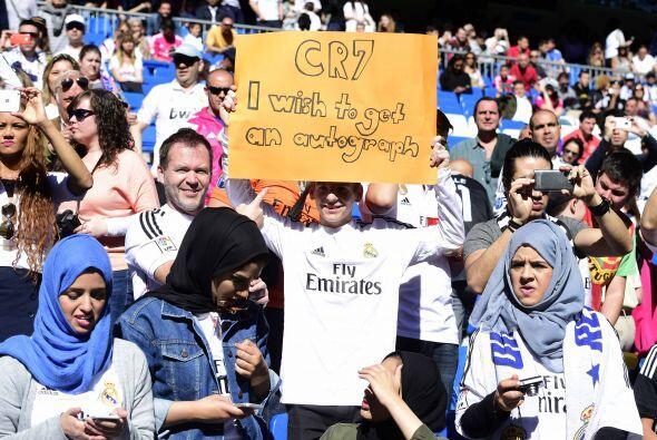 Los fanáticos situados en el Bernabéu pedían de todas formas un autógraf...