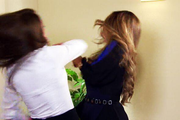 Ana mostró su talento para las luchas y le dio una tremenda cachetada.