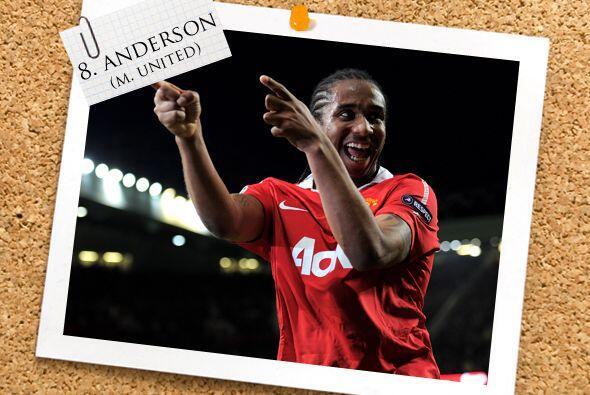 El último hombre en la mitad del campo es el brasileño Anderson.