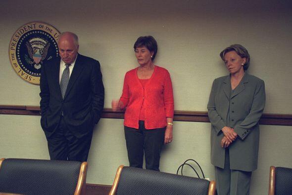 Cheney se encuentra con su esposa Lynne (a la derecha) y la primera dama...