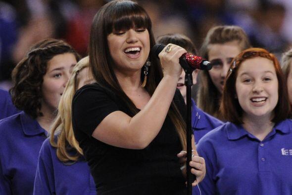La cantante tomó el micrófono para entonarlo.