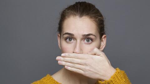 La causa más común de mal aliento es la mala higiene dental.
