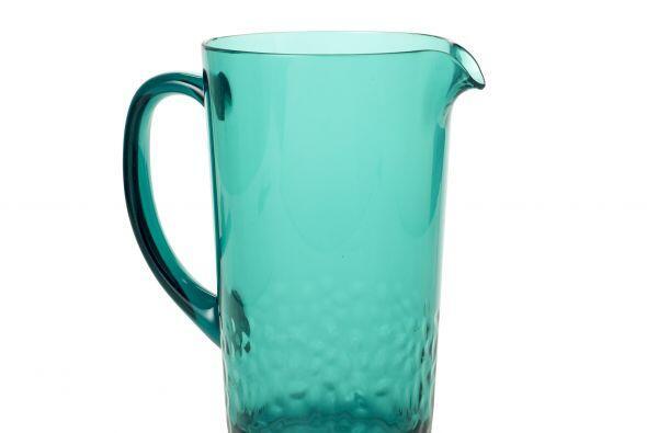 La jarra es importante también y un color aqua agregará frescura a la vi...
