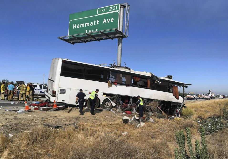 El autobús se impactó con un poste de señalamiento vial.