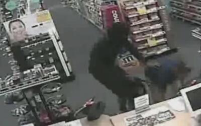 Buscan a dos sospechosos de robar una farmacia en Pompano Beach