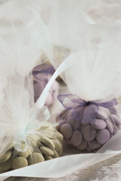 También puedes poner un poco de dulces en sacos de tela traslúcida, atad...