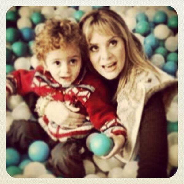 Erika Buenfil y su hijo Nicolás.