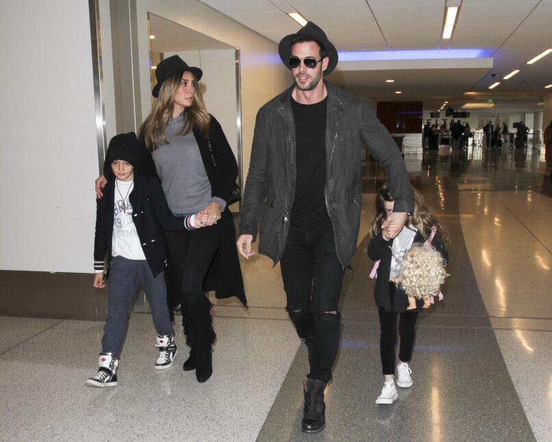 El actor llegó al aeropuerto de Los Angeles con Elizabeth y sus dos pequ...