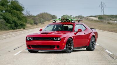 El árbol de navidad más rápido a 174 MPH sobre un Dodge Challenger SRT Hellcat Widebody