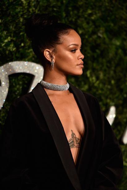 En fiestas más casuales, Rihanna también presumió uno de sus tatuajes má...