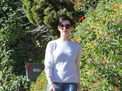 Anne Hathaway salió a pasear a su perrita. Mira aquí los v...