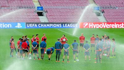 Bayern Leverkusen entrenó con el sistema de riego encendido.