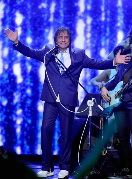 Roberto Carlos quien fue galardonado como Persona del Año interpretó sus...
