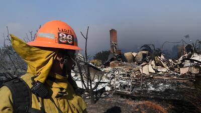 Más de 2,500 bomberos luchan contra la furia de las llamas del incendio...