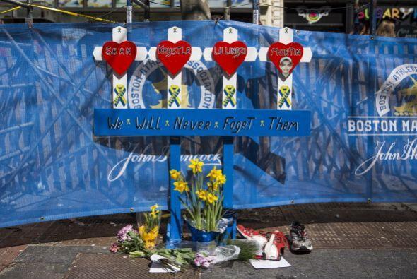 En las calles, un improvisado altar en honor a las víctimas fue c...