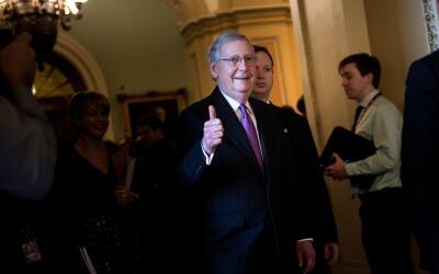El líder de la mayoría del Senado, el republicano Mitch Mc...