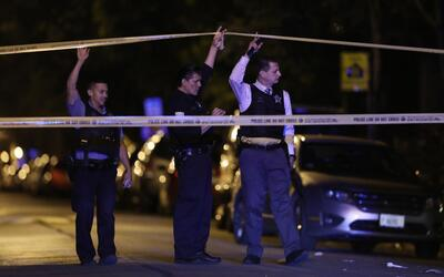 Policías levantan una escena del crimen en Chicago. Imagen de arc...