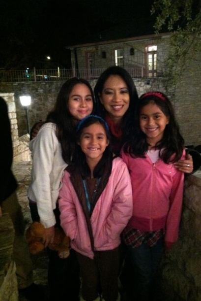 Melissa López nos mandó esta bonita foto de su familia con nuestra queri...